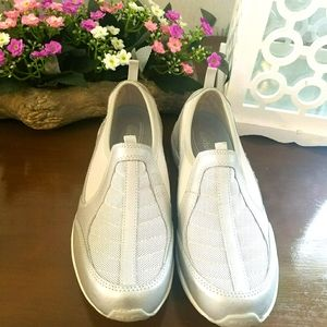Easy Spirit size 9 Silver and White slip on Mules